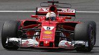 Sebastian Vettel s ferrari během tréninku na Velkou cenu Rakouska.
