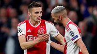 Hakim Zijach (vpravo) přijímá gratulace od spoluhráče z Ajaxu Dušana Tadiče poté, co v utkání s Tottenhamem navýšil skóre na 2:0.