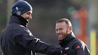 Útočník Manchesteru United Zlatan Ibrahimovic (vlevo) v debatě se spoluhráčem Waynem Rooneym.