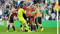 Takhle slavili fotbalisté Legie v Celtic Parku vyřazení slavného skotského týmu, jenže v pátek zasáhla UEFA a kvůli neoprávněnému startu Bereszynského varšavský tým z milionářské soutěže vyřadila.