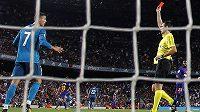 Cristiano Ronaldo dostává červenou kartu.