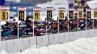 Biatlonové závody se často rozhodují i na střelnici - ilustrační foto.