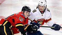 Jaromír Jágr a Matthew Tkachuk v lednovém souboji Floridy s Calgary. Teď budou v NHL spoluhráči.