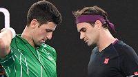 Roger Federer a Novak Djokovič během vzájemného zápasu na Australian Open