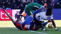 Serge Aurier z Tottenhamu v souboji s Alexanderem Sorlothem z Crystal Palace.