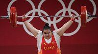 Čínská vzpěračka Li Wen-wen vítězí v olympijském rekordu.
