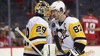 Kapitán Pittsburghu Sidney Crosby společně s brankářem týmu Marcem-Andrem Fleurym.
