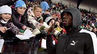 Jamajský sprinter Usain Bolt v obležení fanoušků během atletického mítinku Zlatá tretra.