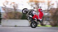 Santa řádil na motorce, až si ustlal na asfaltu.