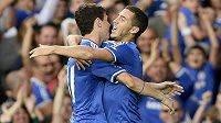 Fotbalisté Chelsea Eden Hazard (vpravo) a Oscar slaví gól do sítě Aston Villy.