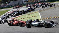 Start v Monze - Hamilton vystartoval do zatáčky před Vettelem.