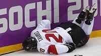 Zraněný kanadský útočník John Tavares leží na ledě ve čtvrtfinálovém duelu s Lotyšskem.