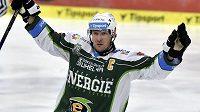 Kapitán karlovarských hokejistů Václav Skuhravý se raduje z gólu.