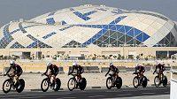 Fotbalový stadión pro MS 2022 v Dauhá v pozadí při závodu světového šampionátu cyklistů.