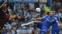 Frank Lampard (vpravo) z Chelsea v souboji se Samirem Nasrim z Manchesteru City.