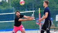 Jan Hadrava a Donovan Džavoronok si zpestří přípravu několika turnaji v plážovém volejbalu