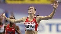 Zuzana Hejnová probíhá vítězně cílem světového šampionátu v Moskvě.