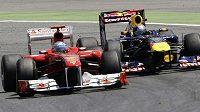 Fernando Alonso (vlevo) bojuje v Barceloně se Sebastianem Vettelem.