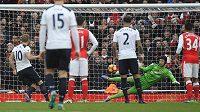 Harry Kane (zcela vlevo) z Tottenhamu překonává z penalty Petra Čecha v brance Arsenalu.