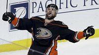Andrew Cogliano z Anaheimu oslavuje svoji trefu v sérii proti Edmontonu.