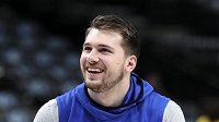 Basketbalista Dallasu Mavericks Luka Doncčič hazí na koš před utkáním NBA proti Brooklynu Nets