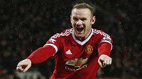 Wayne Rooney oslavuje svoji lahůdkovou trefu.