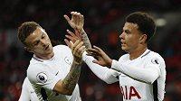 Dele Alli (vpravo) a Kieran Trippier z Tottenhamu se radují při zápase Ligového poháru s Barnsley.