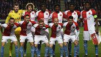 Fotbalisté Slavie před úvodním hvizdem čtvrtfinálového zápasu Evropské ligy proti Chelsea