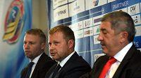 Zleva jsou generální manažer a trenér Vítkovic Jakub Petr, majitel klubu Aleš Pavlík a majitel skupiny Ridera Václav Daněk.
