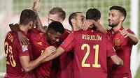 Španělští fotbalisté se radují z branky proti Ukrajině