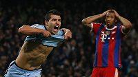 Útočník Manchesteru City Sergio Agüero (vlevo) se raduje z gólu, zatímco Jerome Boateng z Bayernu Mnichov zbytuje svědomí po své hrubce.