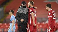 Německý trenér Liverpoolu Jürgen Klopp slaví vítězství 2:1 nad West Hamem se svým svěřencem Nathanielem Phillipsem.
