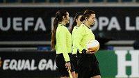Rozhodčí Kateryna Monzulová se svými asistentkami před zápasem Liberce v Gentu.