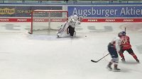 Gólman Mannheimu Patrik Andrisík střílí gól přes celé kluziště.