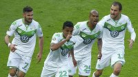 Luiz Gustavo (22) jásá se spoluhráči z Wolfsburgu po gólu ve finále Německého poháru s Dortmundem. Na snímku dále Daniel Caligiuri (vlevo) Naldo (druhý zprava) a Bas Dost.