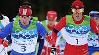 Bitvu mezi sebou oba svedli Lukáš Bauer (vlevo) a Petter Northug i před osmi lety na trati olympijského závodu na 50 km ve Vancouveru.