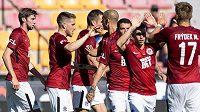 Fotbalisté Sparty (druhý zleva Mihailo Ristič) oslavují gól během generálky s Lubinem.