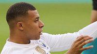 Kylian Mbappé v nezvyklé pozici na trávníku...