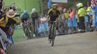 Simon Yates ovládl 14. etapu a na Vueltě vede