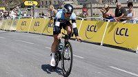 Mark Cavendish na trati středeční časovky jednotlivců na Tour de France.