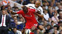 Mario Balotelli (vpředu) v prvním ligovém utkání v dresu Liverpoolu bojuje o míč s Younesem Kaboulem z Tottenhamu.
