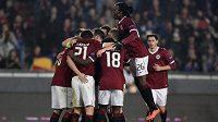 Fotbalisté Sparty oslavují čtvrtý gól v utkání Evropské ligy se Slovanem.
