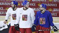 Zleva Radko Gudas, Radek Faksa a Robin Hanzl na tréninku české hokejové reprezentace na mistrovství světa.
