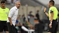 Kouč Leverkusenu Peter Bosz v diskusi s hlavním rozhodčím