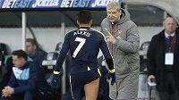 Arséne Wenger hovoří k Alexisu Sánchezovi.