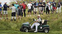 Americký golfista John Daly se příští týden nezúčastní British Open, protože mu pořadatelé nedovolili pohybovat se po hřišti v golfovém vozíku.