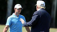 Golfista Rory McIlroy hovoří na greenu s americkým prezidentem Donaldem Trumpem.