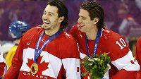 Drew Doughty (vlevo) a Patrick Sharp se radují z triumfu v olympijském finále proti Švédům.