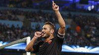Francesco Totti z AS Řím typickým způsobem oslavuje svoji trefu proti Manchesteru City v Lize mistrů.