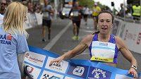 Vítězka běhu žen Eva Vrabcová-Nývltová v cíli závodu Běchovice - Praha .